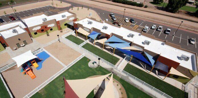 На фото: теневые парусные навесы на территории коммерческого общеобразовательного учреждения