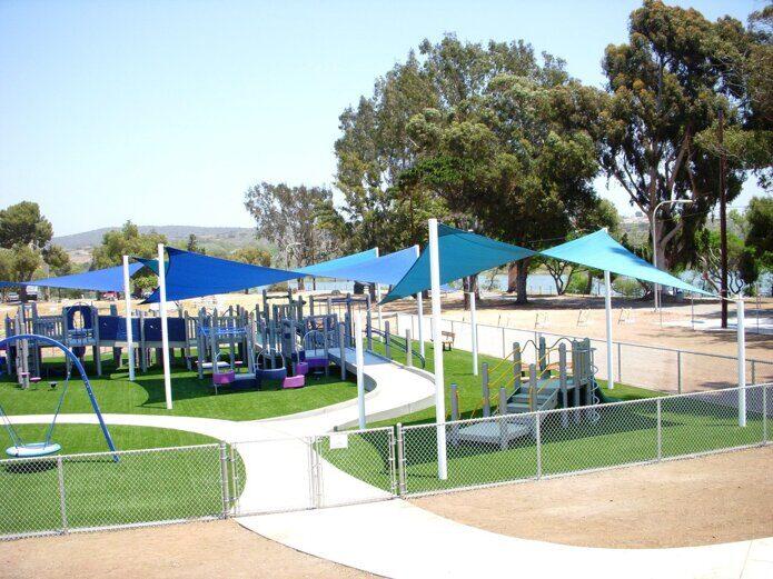 Стильное дизайн-решение навеса для детской площадки. Конструкция системы серии STEEL