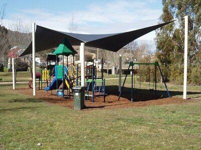На фото: Индивидуальные решения текстильных навесов для уличных детских площадок 02 теневые паруса